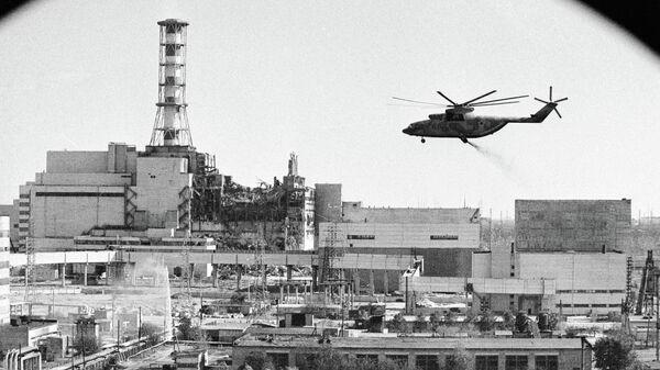 Вертолеты ведут дезактивацию зданий Чернобыльской атомной электростанции после аварии