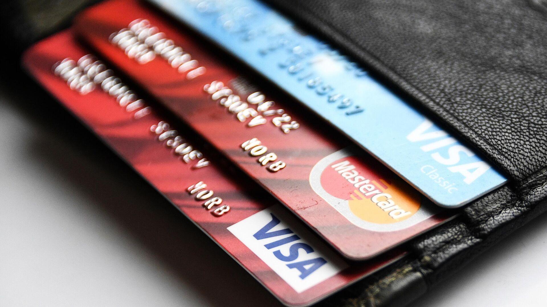 Эксперты выяснили, по каким критериям россияне выбирают банковские карты