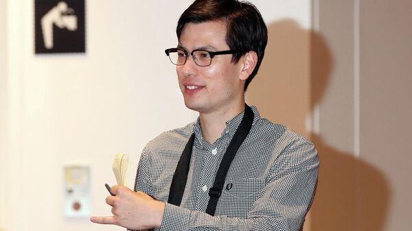 Студент из Австралии Алек Сигли в аэропорту Токио