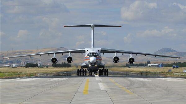 Российский военно-транспортный самолет Ил-76 с компонетами ЗРК С-400 на авиабазе Мюртед в районе Анкары, Турция.