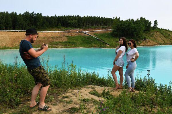 Молодые люди фотографируются на фоне золоотвала Новосибирской ТЭЦ-5