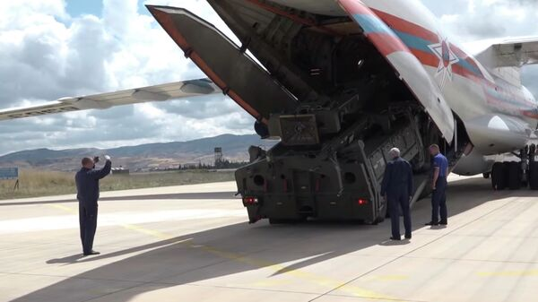 Стоп-кадр видео поставки зенитной ракетной системы С-400 в Турцию
