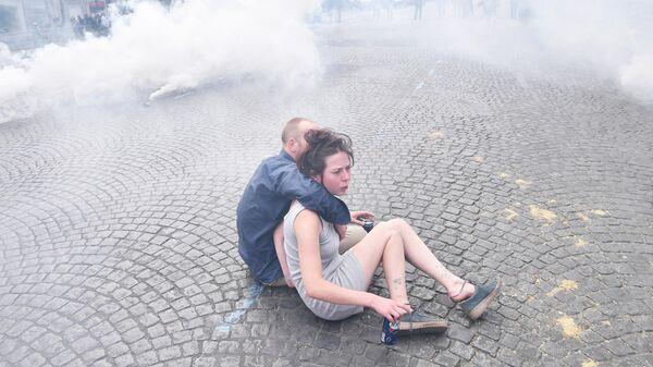 Молодые люди во время  беспорядков на Елисейских полях в Париже