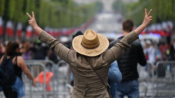 Участники беспорядков на Елисейских полях в Париже
