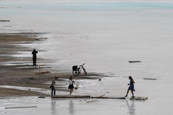 Люди на берегу золоотвала Новосибирской ТЭЦ-5