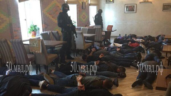 Сотрудники полиции во время задержания  участников криминальной сходки в Подмосковье