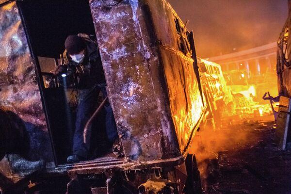 Участник массовых столкновений с сотрудниками правоохранительных органов в одном из сгоревших грузовиков у стадиона Динамо в Киеве