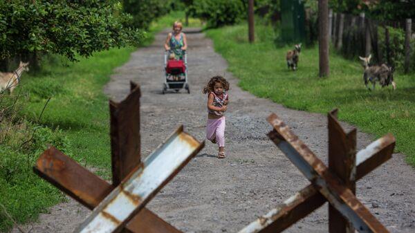 Жители поселка Семеновка, который регулярно обстреливают украинские военные