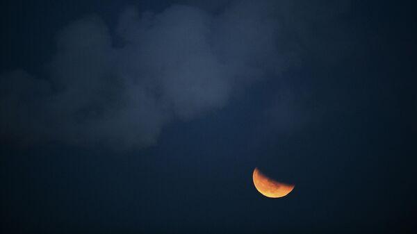 LIVE: Частичное лунное затмение в Европе