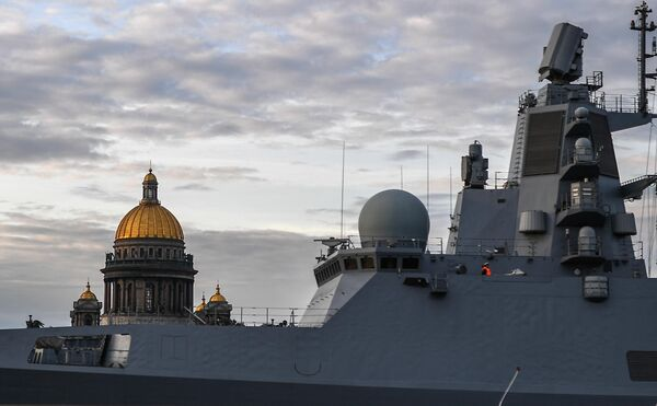 Фрегат Адмирал Касатонов во время выхода боевых кораблей из Санкт-Петербурга в рамках подготовки к Дню ВМФ России