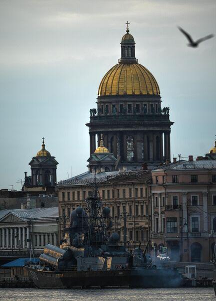 Малый ракетный корабль Пассат во время выхода боевых кораблей из Санкт-Петербурга в рамках подготовки к Дню ВМФ России