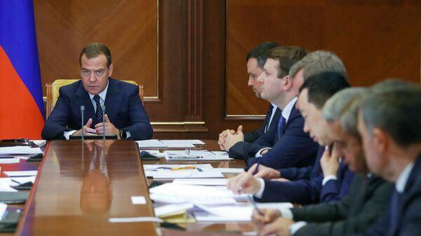 Председатель правительства РФ Дмитрий Медведев проводит совещание по вопросам разработки и внедрения электронного удостоверения личности гражданина РФ. 17 июля 2019