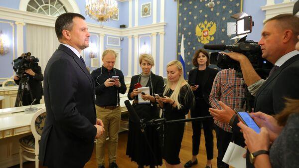 Заместитель председателя правительства РФ Максим Акимов выступает перед журналистами после совещания по вопросам разработки и внедрения электронного удостоверения личности гражданина РФ