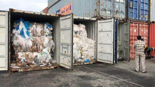 Пластиковый мусор, нелегально ввезенный в Камбоджу у из США и Канады