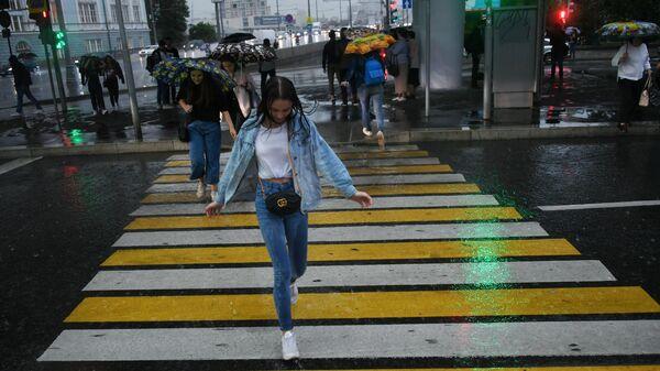 Девушка на пешеходном переходе в Москве во время дождя. Архивное фото