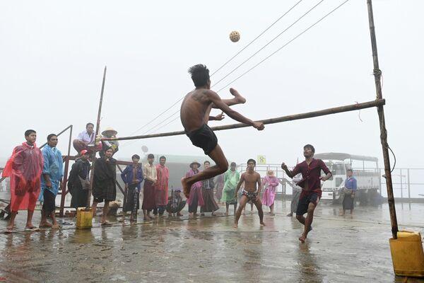 Подростки играют в Мьянме