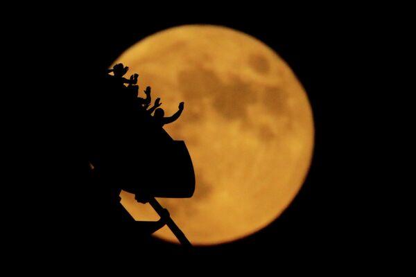 Полная луна в Канзас-Сити, штат Миссури