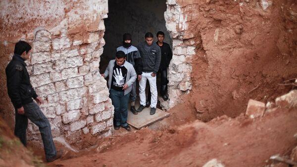 Жители города в подземном бункере военной базы, разрушенной в результате ракетного обстрела