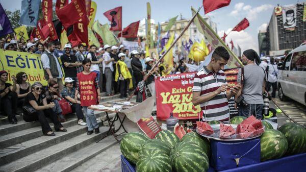 Участники акции протеста на площади Таксим в Стамбуле