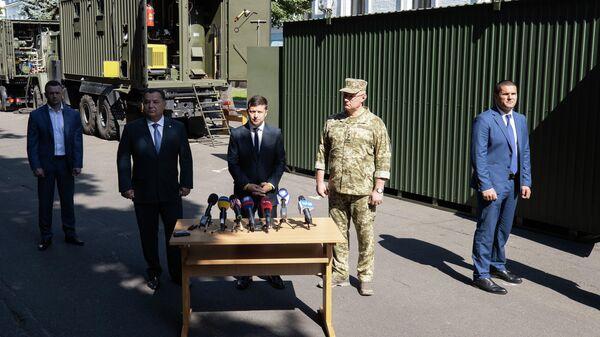 Президент Украины Владимир Зеленский во время осмотра экспериментальных модулей для размещения военнослужащих. Второй слева — министр обороны Украины Степан Полторак