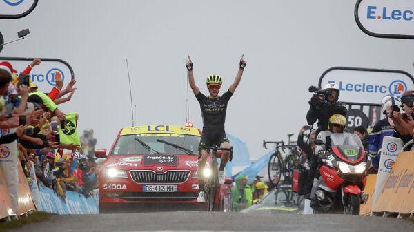 Британский велогонщик Саймон Йейтс на финише 15-го этапа Тур де Франс
