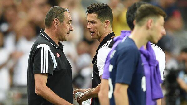 Главный тренер Ювентуса Маурицио Сарри (слева) разговаривает с Криштиану Роналду
