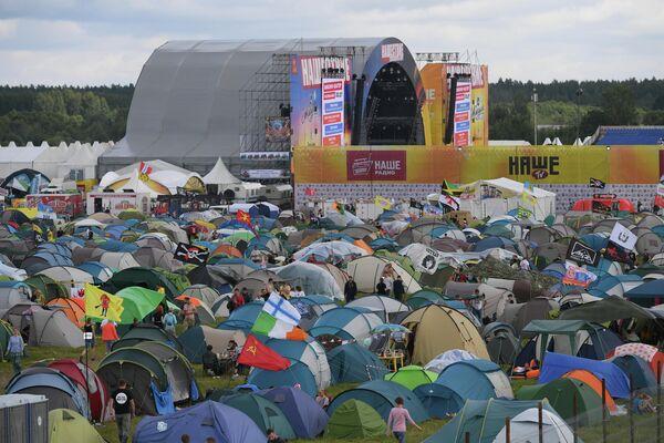 Палатки зрителей на фестивале Нашествие