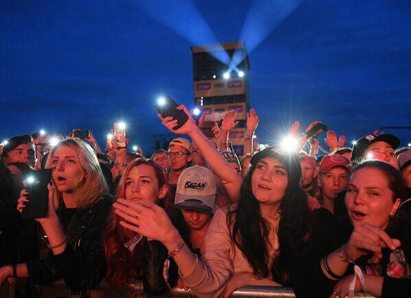 Зрители на фестивале Нашествие