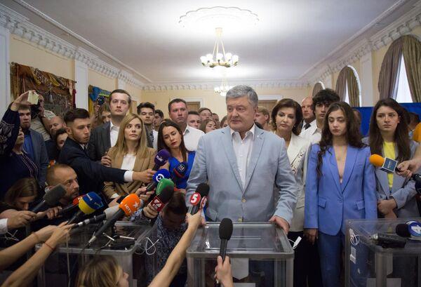 Экс-президент Украины Петр Порошенко общается с журналистами на избирательном участке в Киеве, после того как проголосовал на досрочных выборах в Верховную раду Украины
