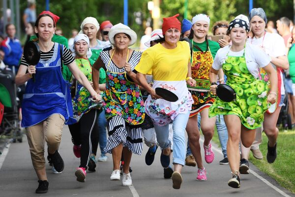 Участники сковородошного забега в рамках IV всероссийского фестиваля Скорлупино