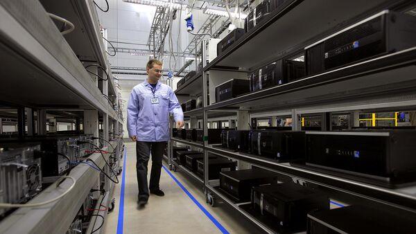 Рабочий в цехе по производству персональных компьютеров