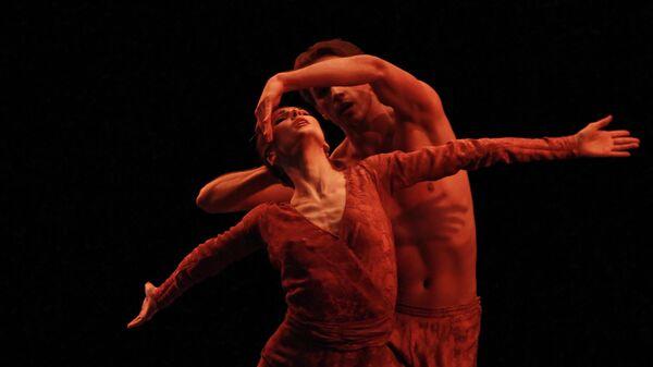 Светлана Захарова и Александр Меркурьев в сцене из балета Cor Perdut в Лондоне