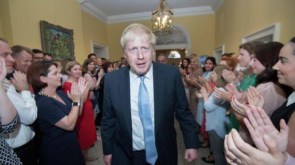 Сотрудники резиденции на Даунинг-стрит в Лондоне приветствуют нового премьер-министра Великобритании Бориса Джонсона. 24 июля 2019