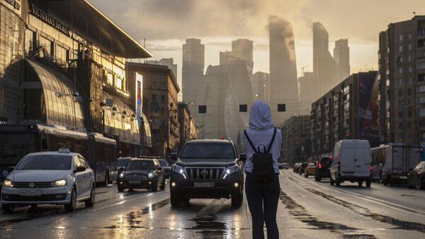 Девушка на пешеходном переходе на Большой Дорогомиловской улице в Москве
