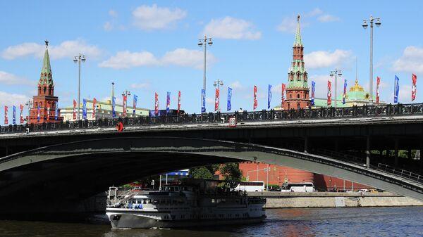 Вид на Большой Каменный мост с Софийской набережной в Москве