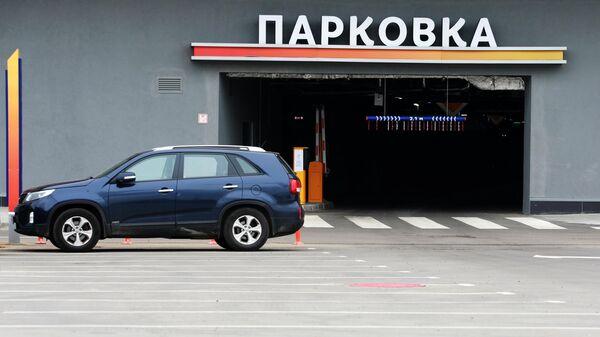 Машина на парковке в Москве