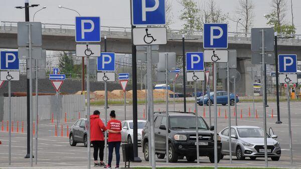 Машины на парковке в Москве