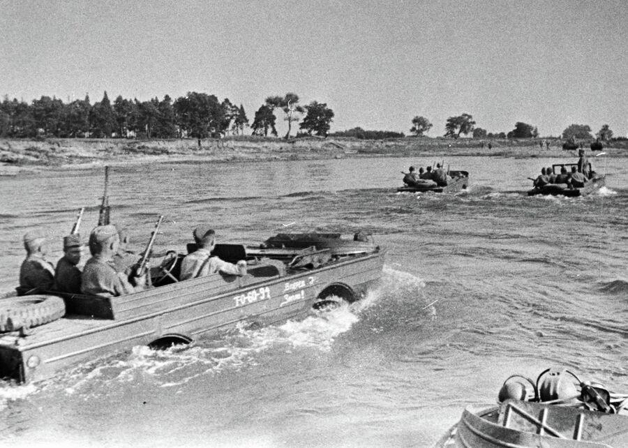 Советские воины форсируют Вислу