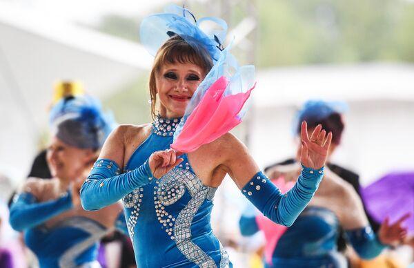 Участница танцевального марафона Московское долголетие в парке Сокольники в Москве