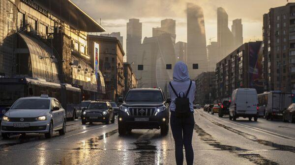 Девушка на пешеходном переходе на Кутузовском проспекте