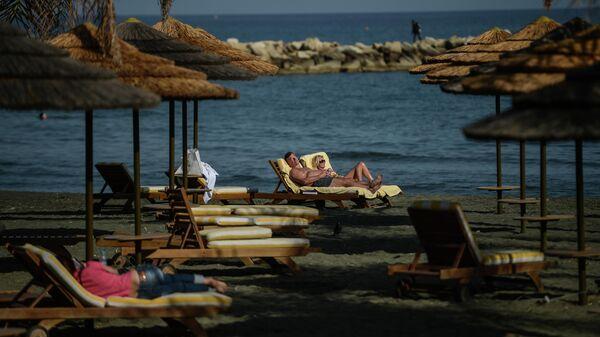 Отдыхающие на пляже города Лимасол