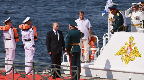 Президент РФ, верховный главнокомандующий Владимир Путин принимает Главный военно-морской парад по случаю Дня Военно-морского флота РФ в Санкт-Петербурге. 28 июля 2019