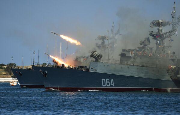 Стрельбы из реактивных бомбометов РБУ-6000 Смерч-2 с палуб кораблей в честь Дня ВМФ в Севастополе