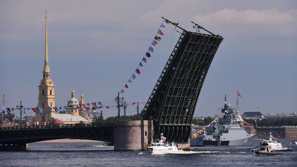 Патрульный катер проекта 03160 Раптор, малый ракетный корабль проекта 21631 Серпухов у Дворцового моста на главном военно-морском параде, посвященном Дню ВМФ в Санкт-Петербурге