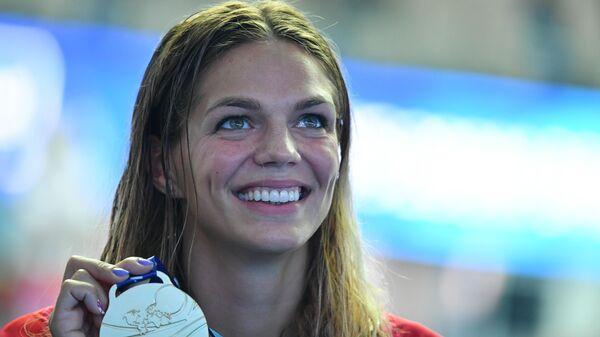 Юлия Ефимова (Россия), завоевавшая золотую медаль в заплыве брассом на дистанции 200 м среди женщин на XVIII чемпионате мира по водным видам спорта в южнокорейском Кванджу, на церемонии награждения.
