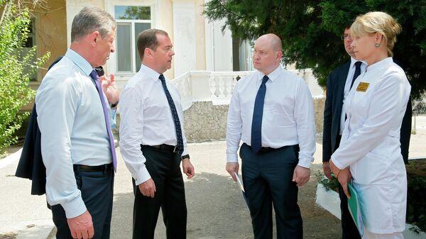 Председатель правительства РФ Дмитрий Медведев во время посещения Городской инфекционной больницы в Севастополе