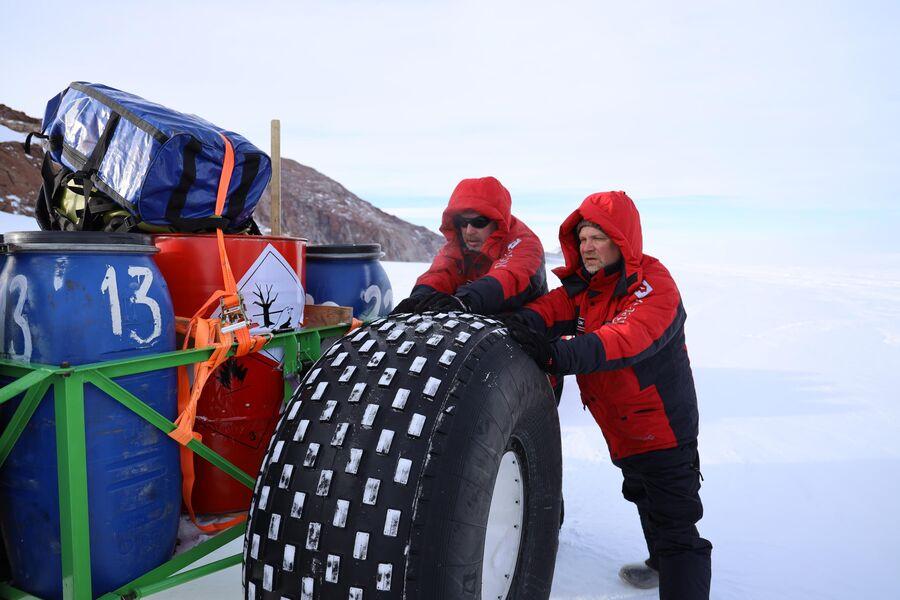 Антарктида, Валдис Пельш с оператором, начало маршрута, поломка