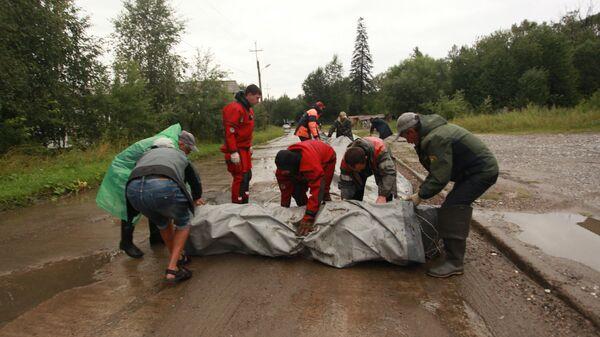 Сотрудники МЧС разворачивают водоналивную дамбу  на окраине Байкальска, чтобы не допустить подтопления микрорайона Гагарина