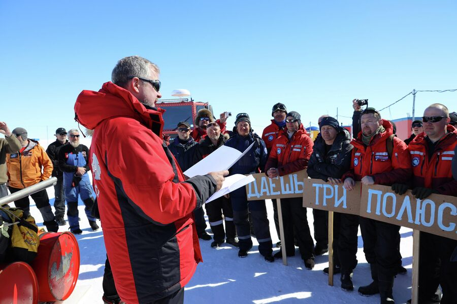 Антарктида. Валдис Пельш перед стартом на станции Новолазаревская зачитывает полярникам напутственное письмо Владимира Путина