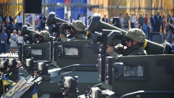 Украинские военнослужащие с американскими противотанковыми ракетами Javelin во время парада в Киеве
